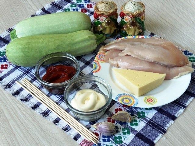 Кабачковые рулетики. Ингредиенты: Курица (филе) — 1 шт. Кабачки молодые