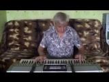 Мой друг Размик.Играет в кафе на синтезаторе.
