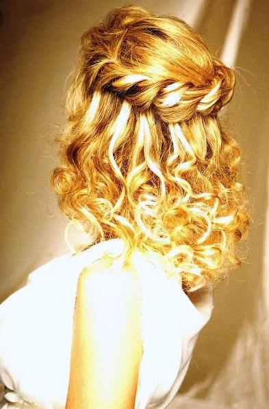 Прическа с косой на волосах средней длины