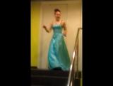 Карнавал.Атриум. Качок в бальном платье.