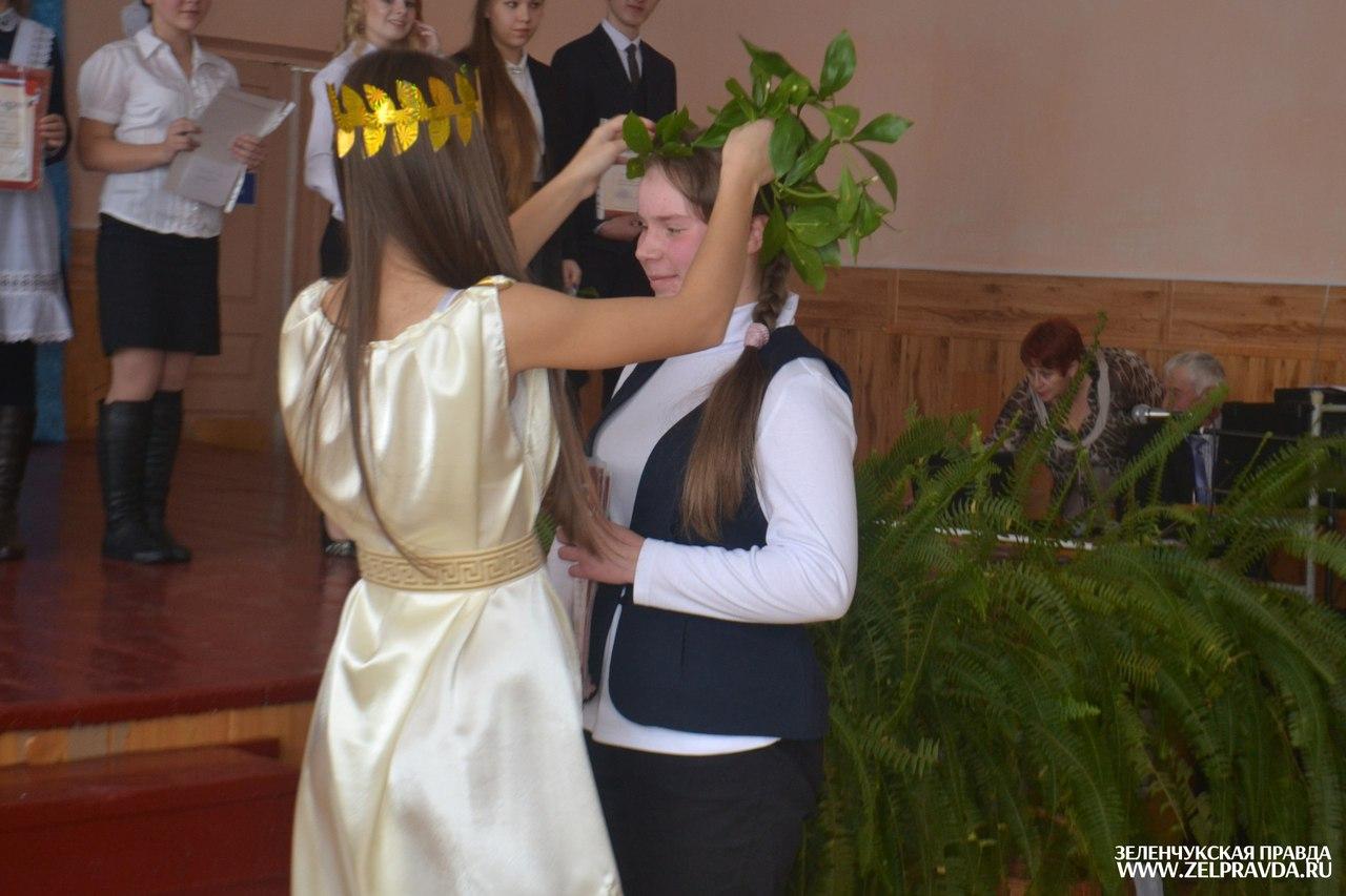 Учителей и школьников Зеленчукского района наградили за вклад в развитие образования