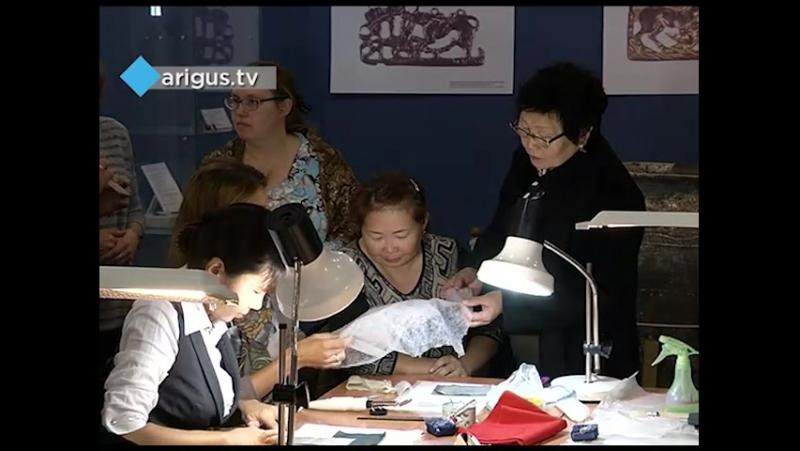 Реставраторы из Эрмитажа проводят мастер-класс по реставрации тканей