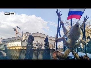 Одесса: неонацисты принесли к консульству России жареного «двуглавого орла»