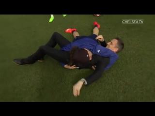 Давид Луиз сбил с ног репортера клубного телевидения