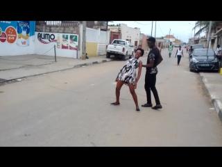 Семба/кизомба ))))  под музыкой зук... вся Африка полюбила эту музыку, в том числе и в Анголе