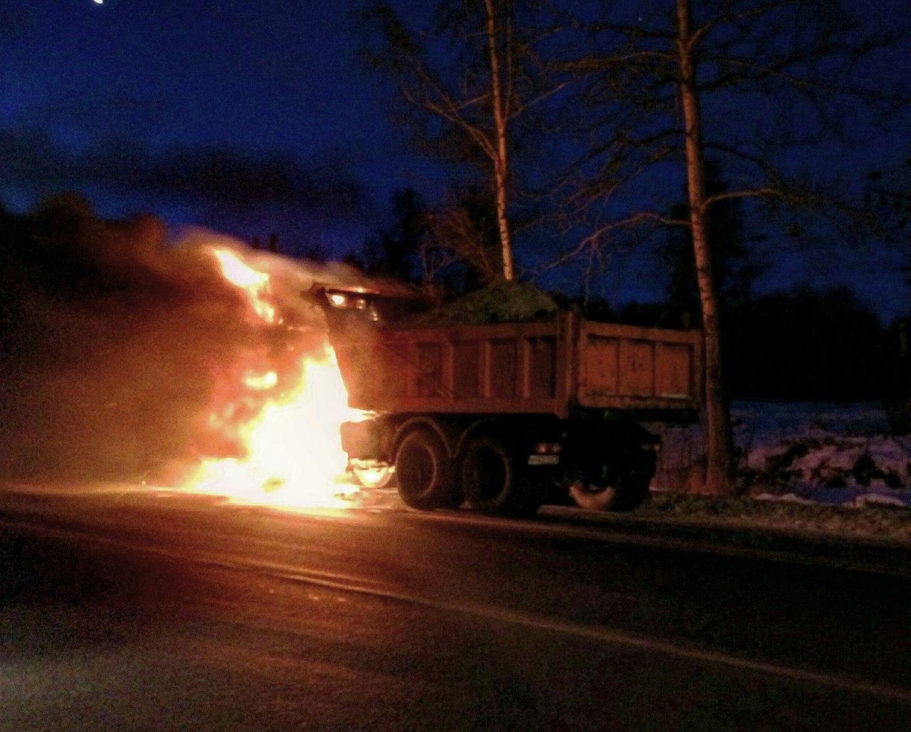 В Пушкине полыхал грузовик