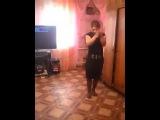 Цыганочка танцует в комнате