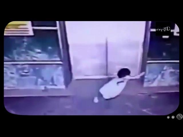 В Малайзии мать пнула ногой по голове дочь, чтобы спасти её от захлопывающихся д ...