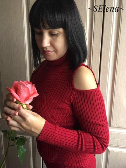 Красная водолазка - предмет одежды который на первый взгляд прост и ничем не примечателен но на самом деле это очень пра