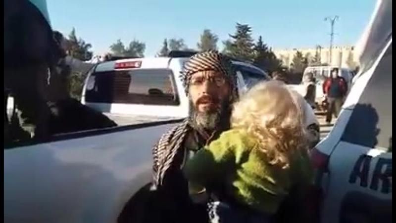 Беженцы (изгнанники) из района Ваар, Хомс, прибывают в город аль-Баб