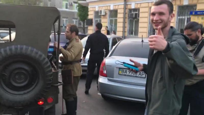 Одесса.2 мая,2017.Рагулье сельское прицепилось к мужчинам среднего возраста с вопросом Чей Крым?