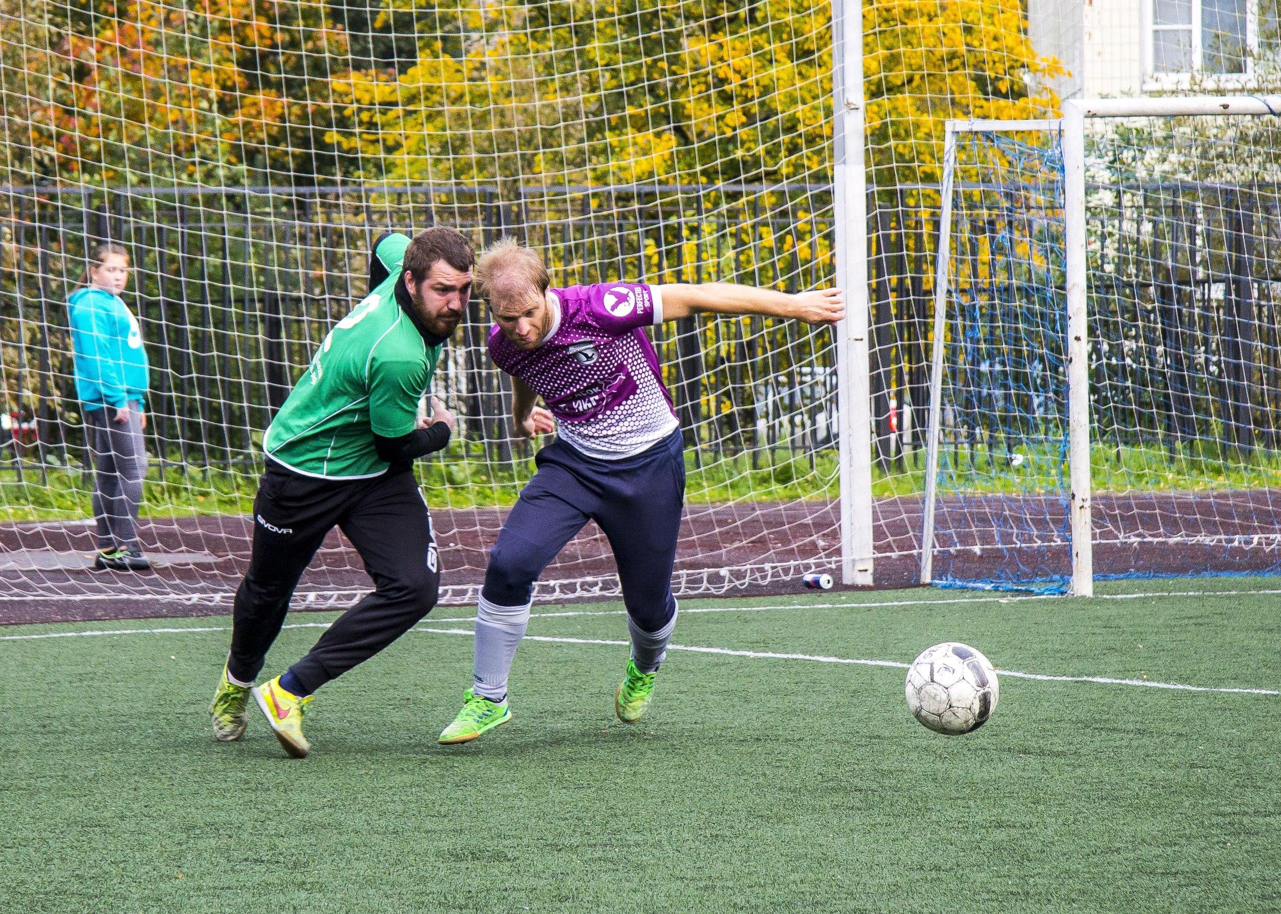 Илья Ульяненков (Олимп) и Александр Локшин (Поворники) сцепились в борьбе за мяч. Победу праздновал более опытный игрок!