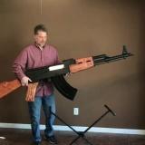 Американский поклонник АК-47 сделал увеличенную копию автомата из дерева