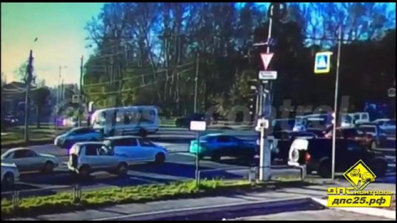 Забавная авария случилась сегодня около 9-ти утра в Комсомольске на перекрёстке Кирова — Ленина, сообщает ДПС-Контроль со ссыл