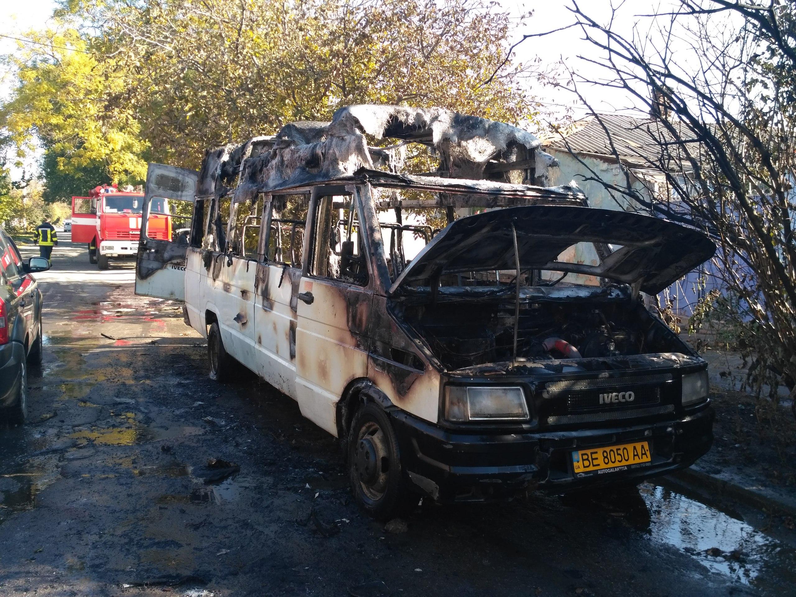 В центре Херсона сгорел автобус, предположительно поджог (фото)