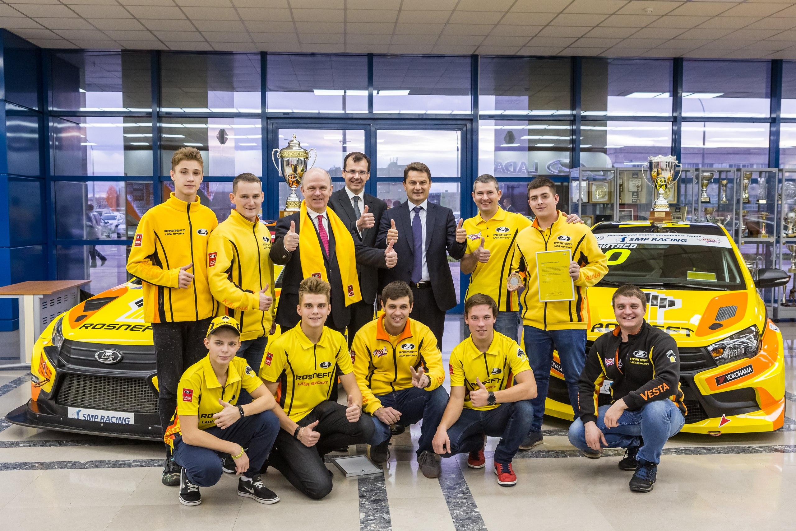 Пилоты команды LADA Sport ROSNEFT получили награды из рук президента компании, Николя Мора.