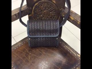 Женская сумка, выполнена из плетеной натуральной кожи снаружи и нежнейшей замши внутри. Боковушки из натурального бука, тонировк