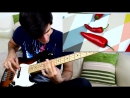 Парень играет песни Red Hot Chili Peppers красным жгучим перцем
