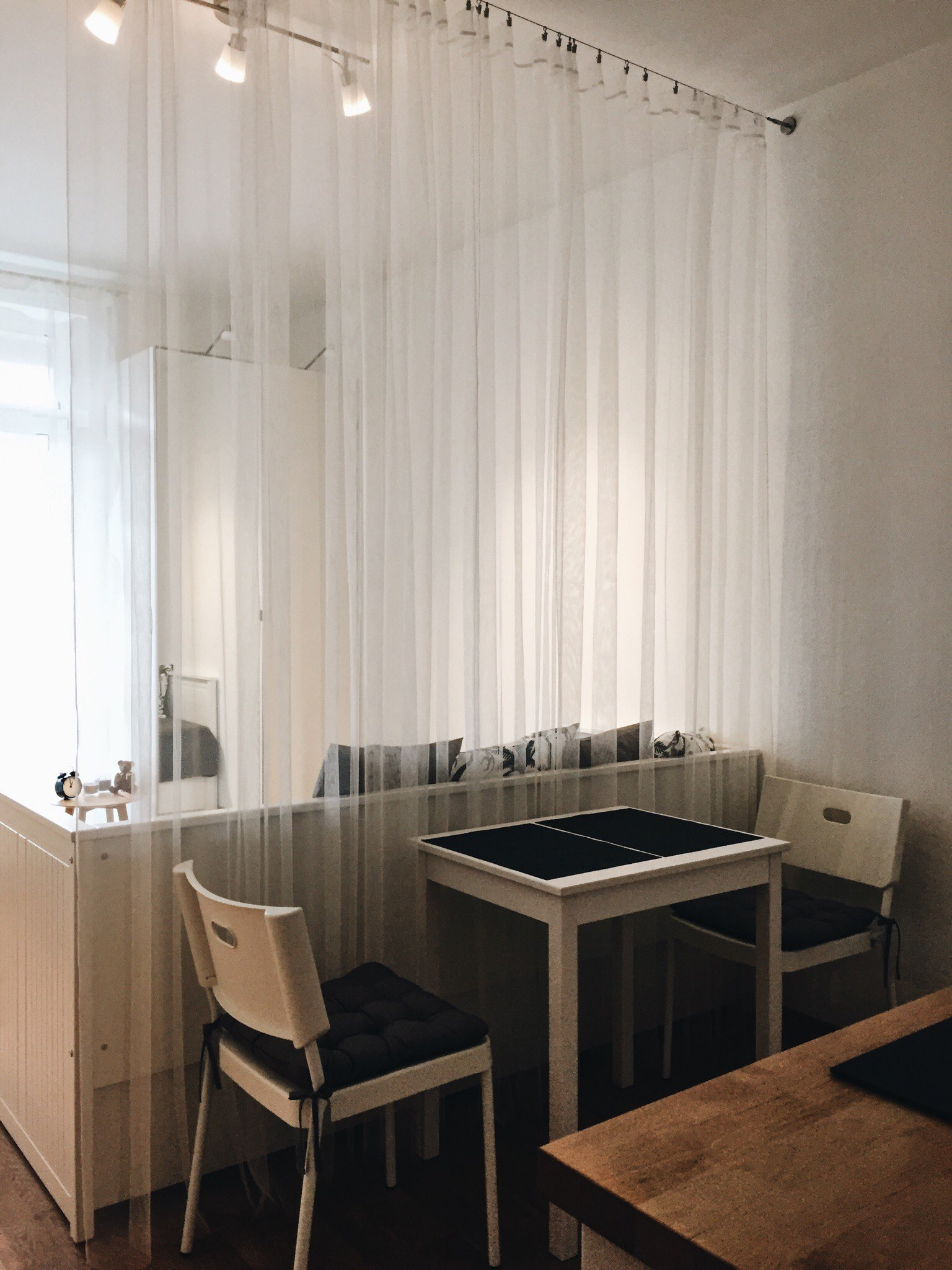 Хочу поделиться вариантом расстановки мебели в маленькой студии всего 22 метра.
