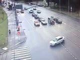Момент столкновения джипа и пассажирской маршрутки на юго-западе Москвы  видео