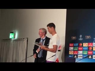 Фергюсон вручил Роналду приз лучшему игроку финала ЛЧ
