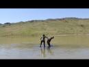 Нудисты Канады купаются в грязевом озере.