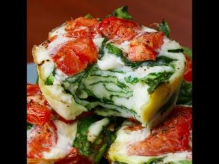 Полезный завтрак из белков, шпината и помидоров
