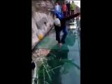 Стеклянный мост в Китае начал «трескаться» под ногами туристов