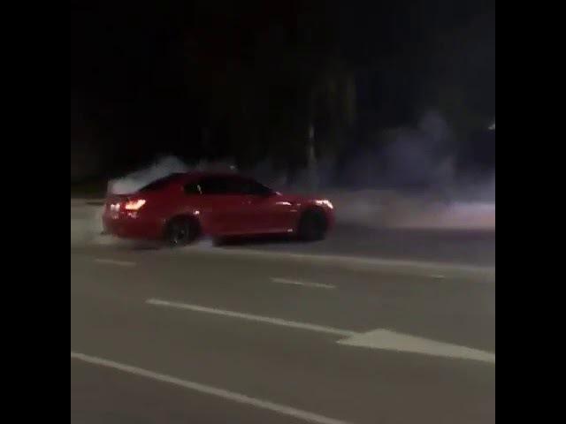 Дрифт на BMW М5 через две сплошные