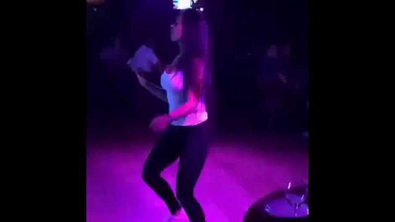 Папито Танец девушка танцует в ночном клубе