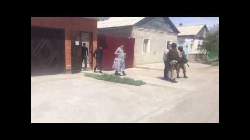 Баянова выводят с дома в наручниках