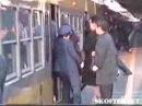 Как японцев утрамбовывают в вагоны метро