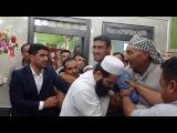 Больной джином мужик нападает на шейха! 7 мужиков с трудом держать его