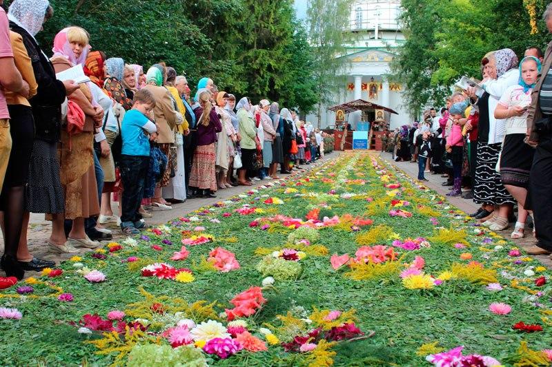 Цветочная дорожка в Псково-Печерском монастыре