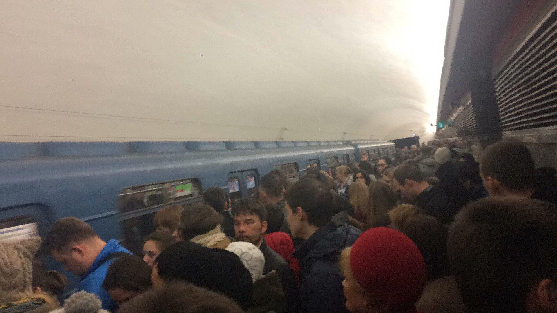 Почему сегодня в метро была задержка поездов