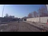 Московский проспект сегодня.На видеорегистратор попал момент аварии,машина влетела в столб.Жуть!