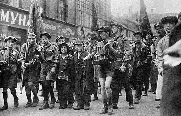 Беспризорники в колонне пионеров на первомайской демонстрации. 1927 год