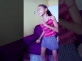 dançando a coreografia da música deu onda