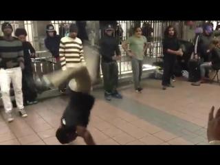 Негры танцуют брейк в нью-йоркском метро под