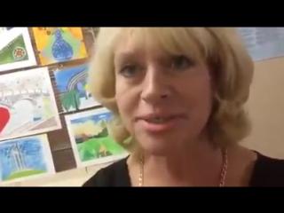 Неадекватная директор школы корчит рожи перед журналистом
