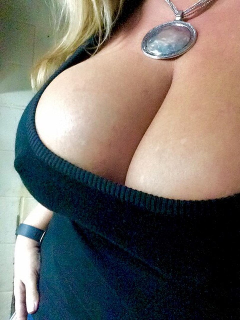 Tattood lezdom dyke eats breasty chicks muff