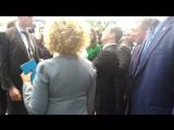 Д. Медведеву на форуме в Сочи дарят хоккейную клюшку - 1