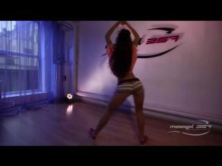 Девушка обалденно эротично танцует!!