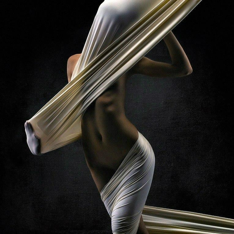 Обернулась женщина в ткань эротика