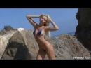 Blonde shows micro bikini. Блондинка показывает микро бикини.