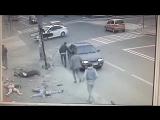 Авария - ужасная авария и убийство пешеходов н тротуаре водитель Mersedes убегае
