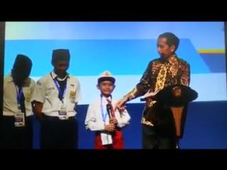 Jokowi Ketawa Anak SD Sebut