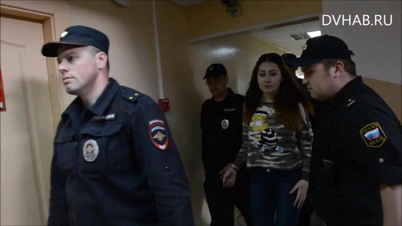 Хабаровские живодерки покидают зал заседаний под конвоем и в наручниках