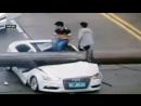 В Китае мужчина чудом выжил после падения строительного крана на его машину