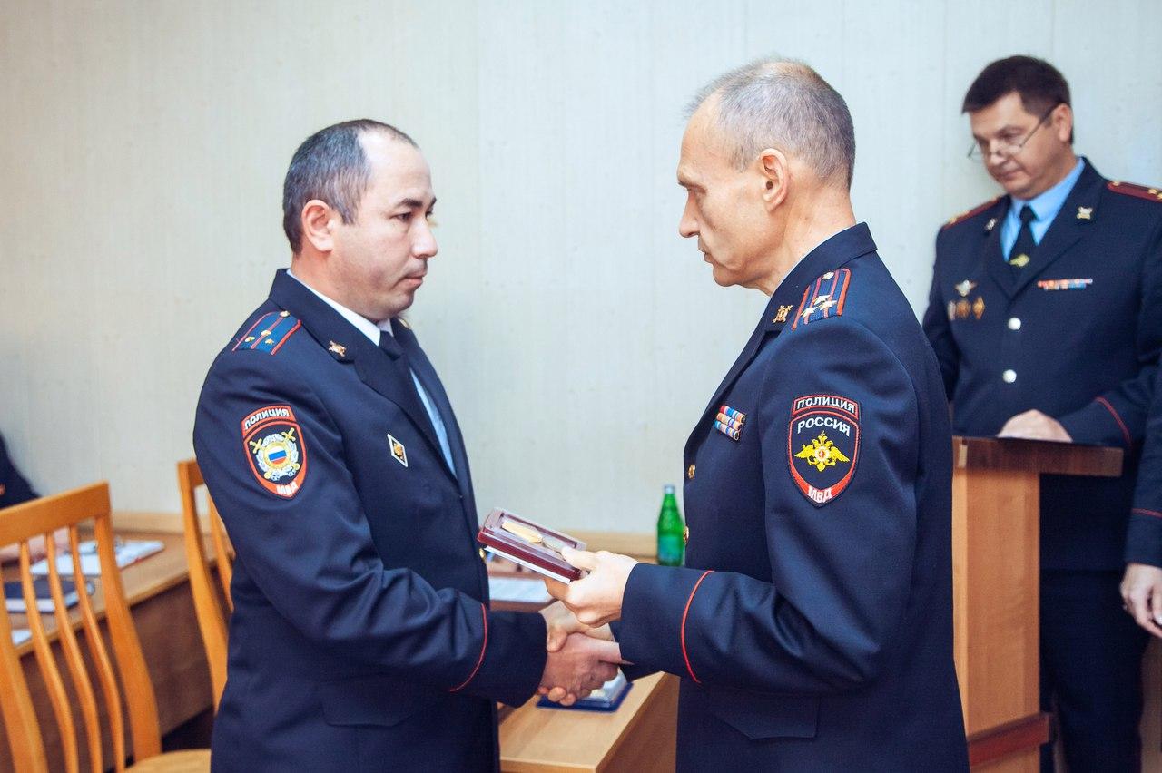 В Карачаево-Черкесии наградили полицейского за спасение человека